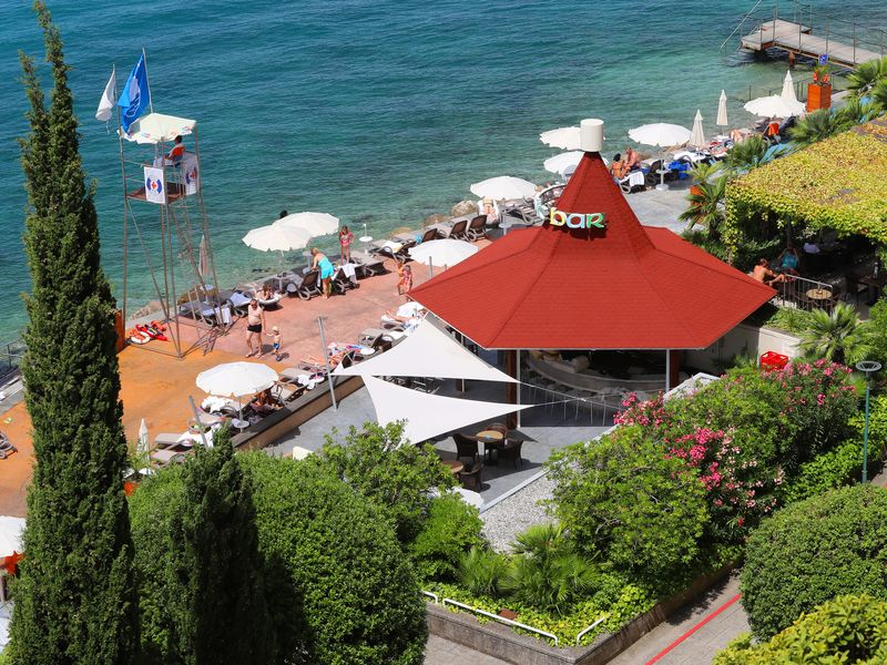 Tropic_Bar_-_Beach_GH_Bernardin.JPG